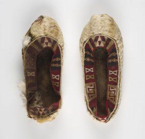 Paar Inca-schoenen van lamaleer en alpacawol, 1450 - 1532 CE, 24 x 10 cm.
