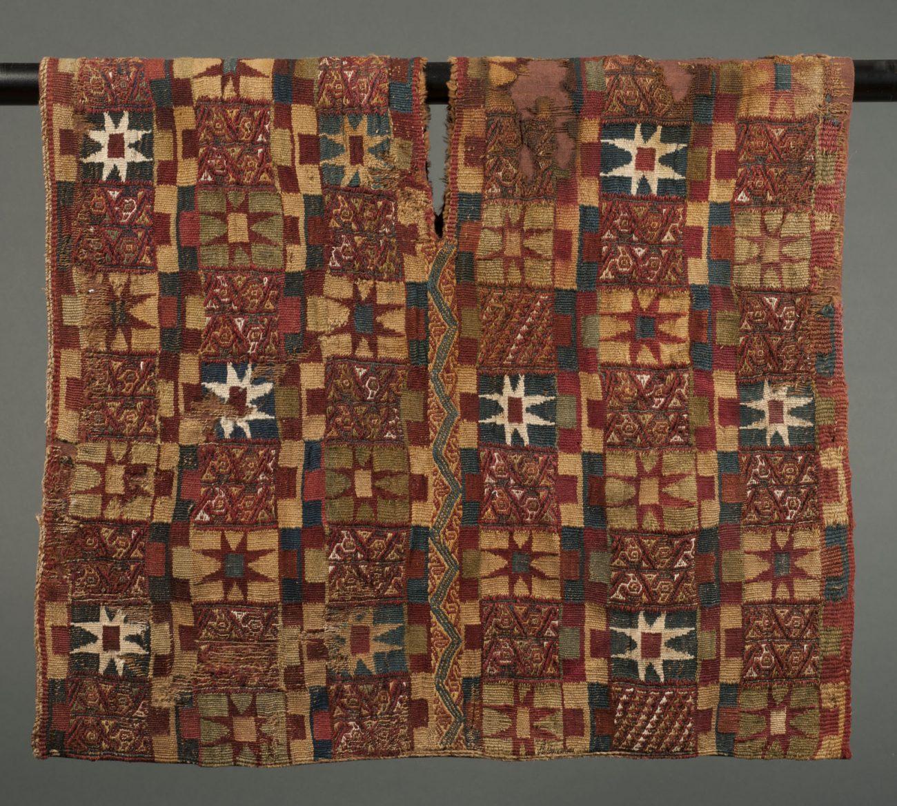 Unku, een tuniek in Chuquibamba-stijl van lamawol en katoen. Inca-beschaving, periode 1450 - 1532 CE, 55 x 96 cm.