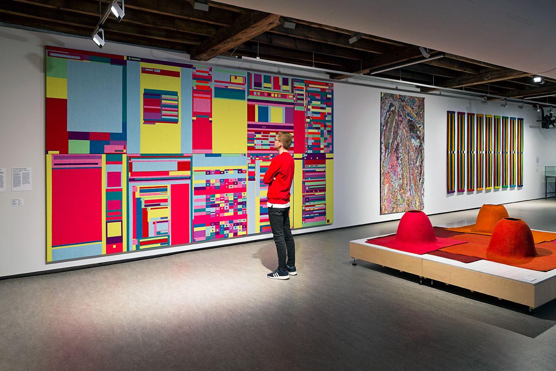 Overzicht tentoonstelling, werken: muur links naar rechts: Rafaël Rozendaal, 'Abstract Browsing 17 08 10X', Peter Struycken, ''Boulez -22 -30 mei 04 -06 maart 05 -03.bmp', Ria van Eyk, 'zonder titel'. Voorgrond: Heleen Klopper, '3d tapijt'. Foto Josefina Eikenaar.