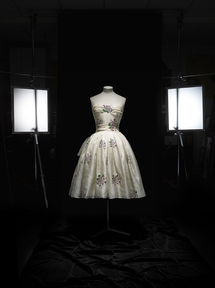 Christian Dior (1905–57), Avril, jurk, Haute Couture, lente-zomer 1955, A Line - foto Laziz Hamani.