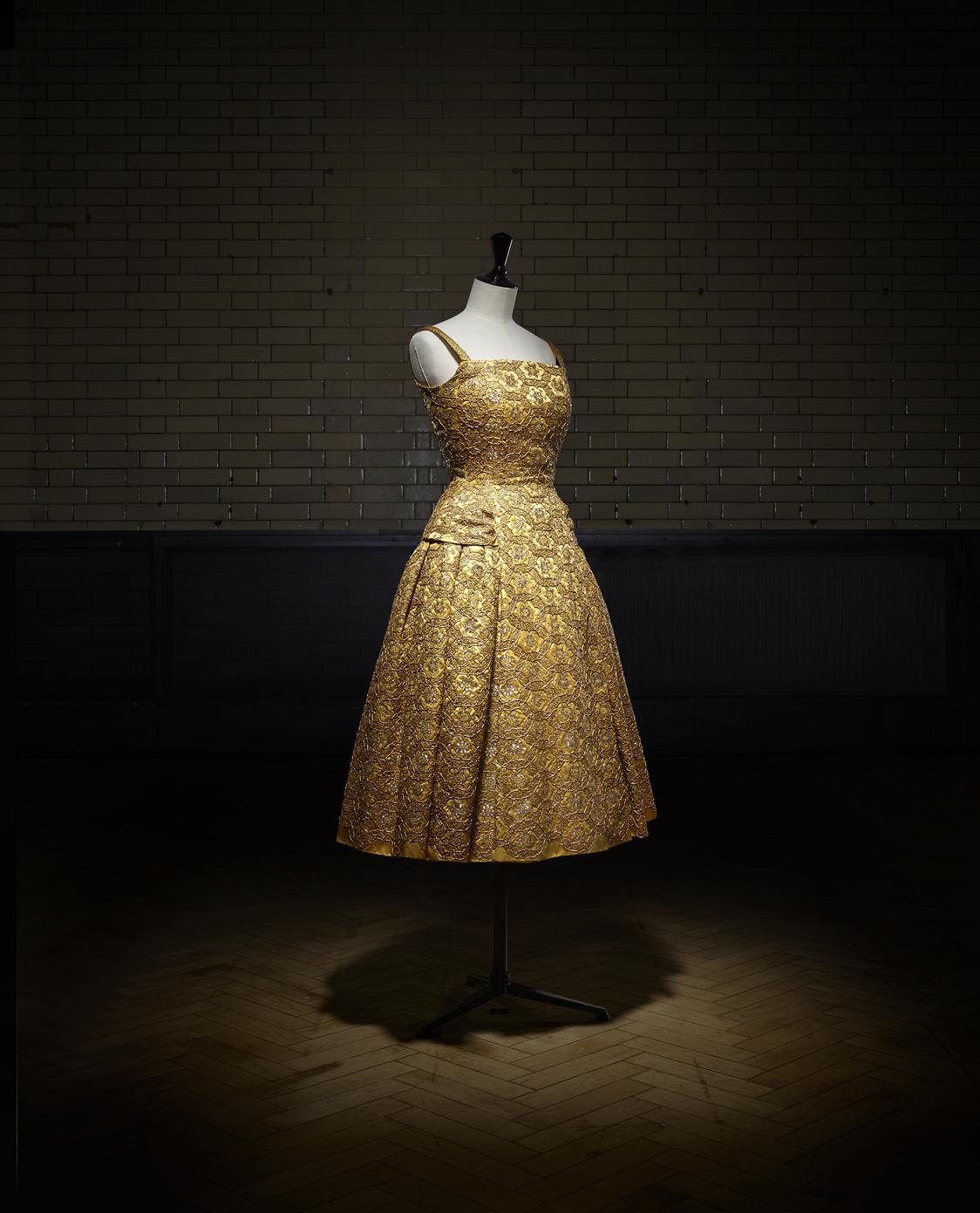 Pérou korte avondjurk, herfst-winter 1954 Haute Couture collectie, H line - foto Laziz Hamani.