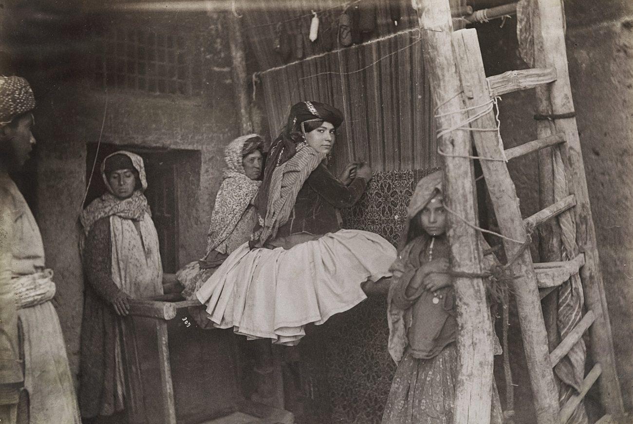 Bij het tapijtknopen, een gearrangeerde foto, Antoin Sevruguin, ca. 1880-1895, albumine-afdruk.