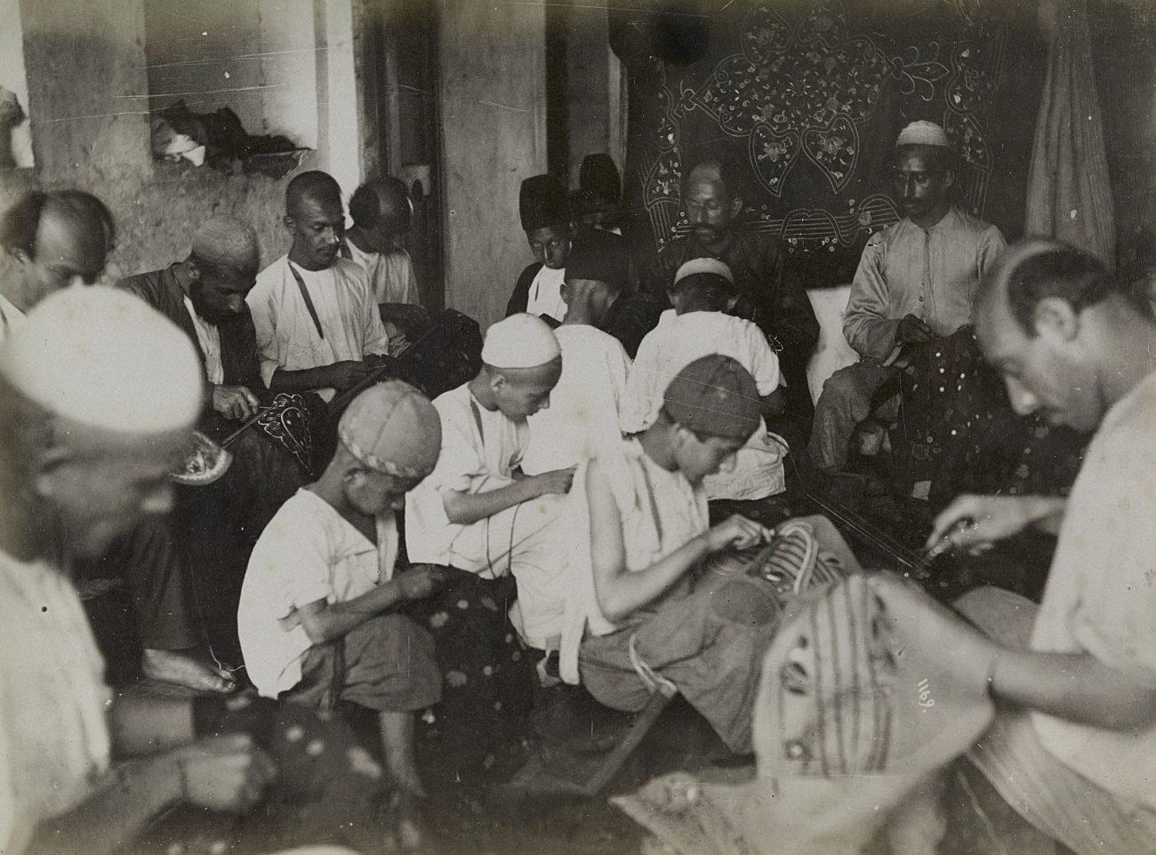 Borduurders in een atelier in de bazaar van Rasht, Iran, 1880-1895, albumine-afdruk.