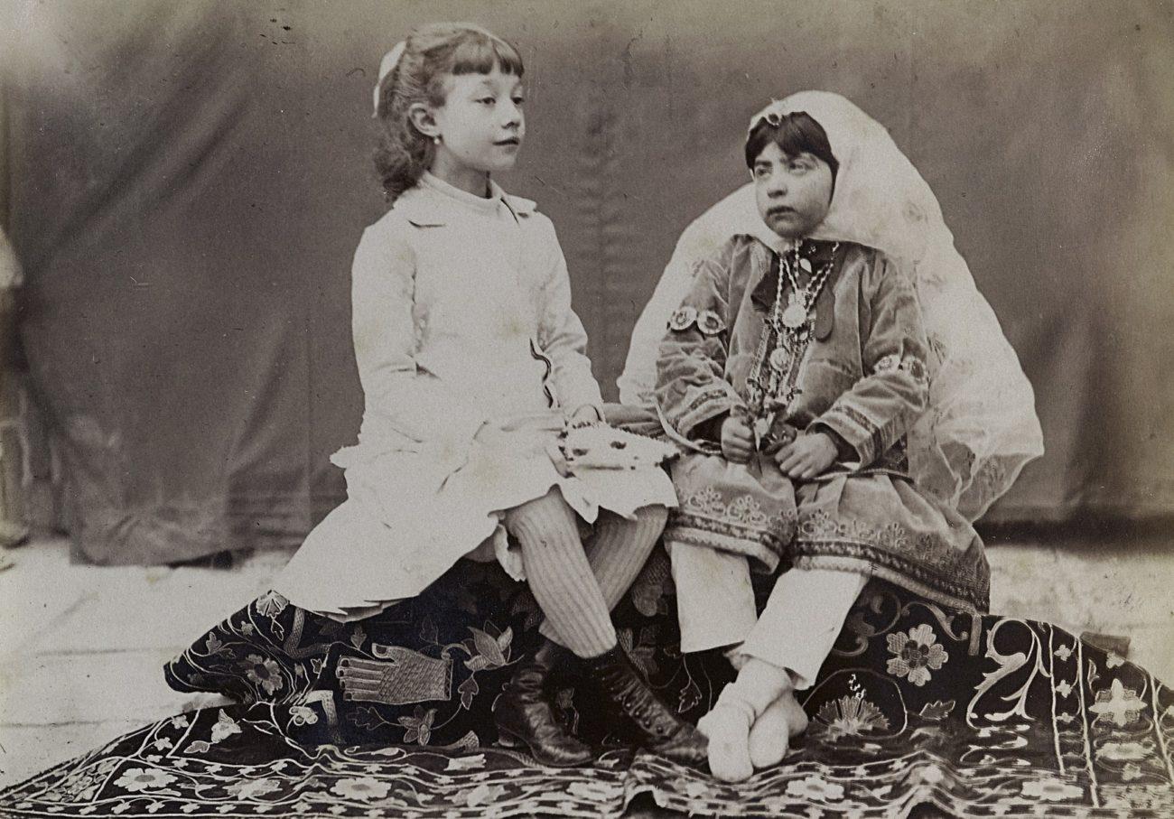 Europees en Perzisch meisje, rond 1880-1900, albumine-afdruk.