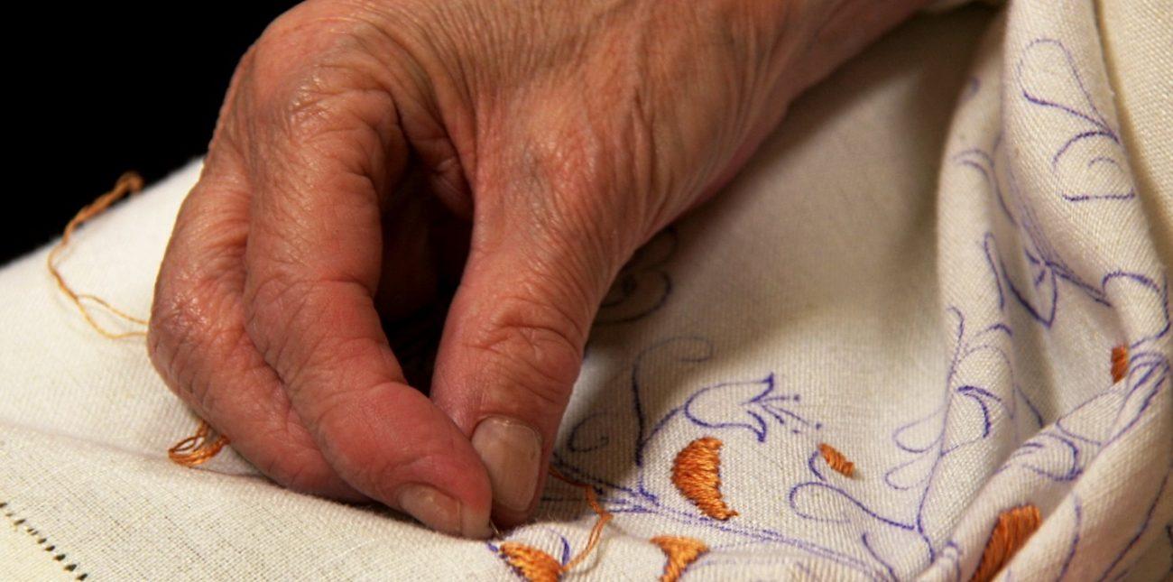 De patronen worden eerst op de stof getekend en dan geborduurd - Handwerkwereld