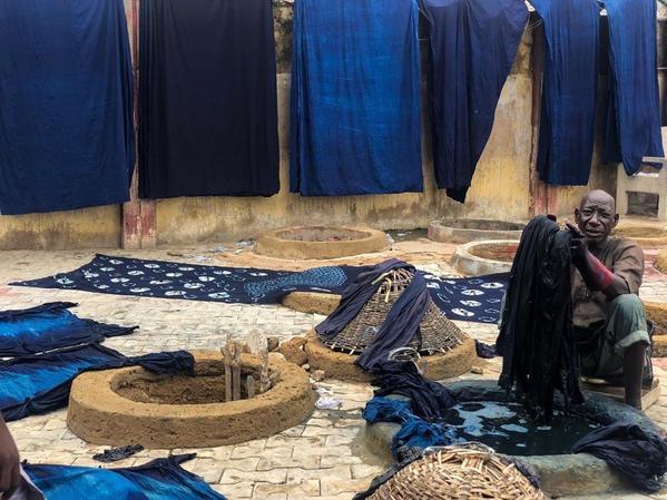De verschillende tinten blauw die men met indigo in Kofar Mata bereikt - Kano indigo - Handwerkwereld