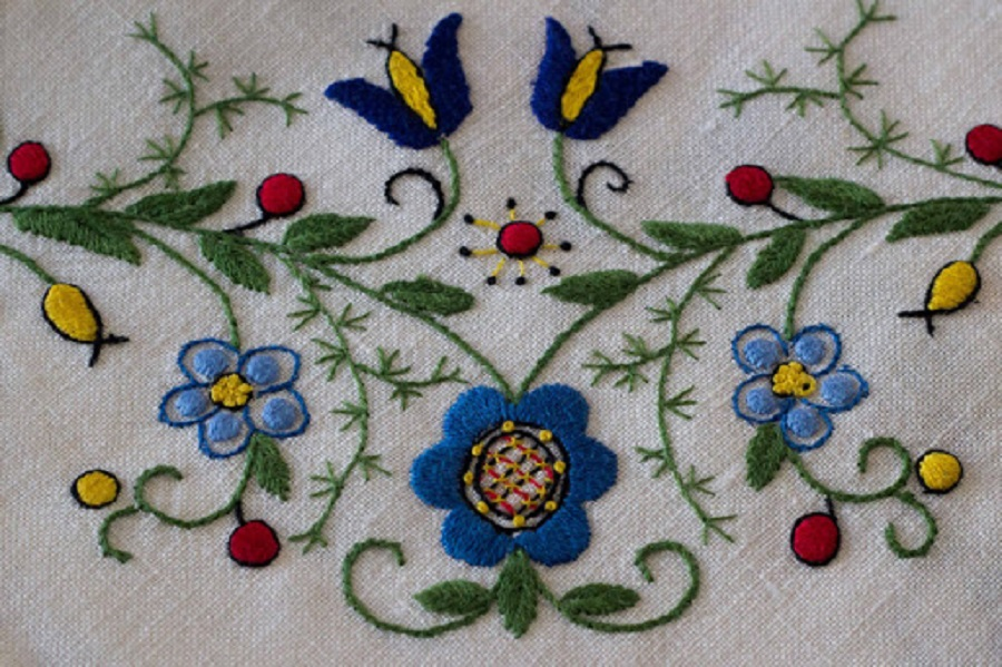 Florale motieven zijn kenmerkend voor Kasjoebisch borduurwerk - Handwerkwereld