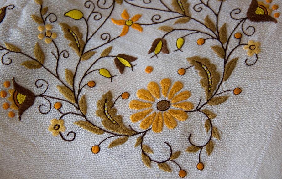 Kasjoebisch borduurwerk op een linnen tafelkleed in de traditie van Borowiacka - Handwerkwereld