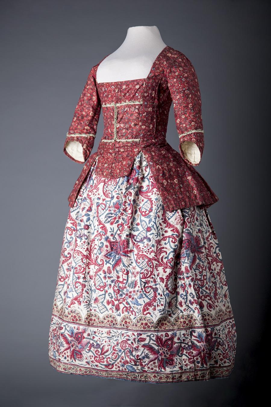 Meisjesjasje met millefleurs patroon op een petticoat van chintz circa 1725-1775 - Chintz Cotton in Blooms - Handwerkwereld