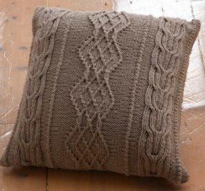 Natuurlijk staan die Aran-motieven ook mooi op een kussen - Aran-breien