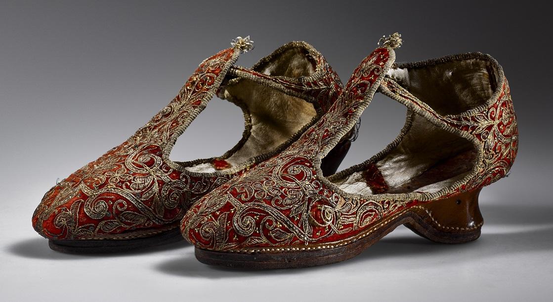 Paar schoenen met goudborduursel, ca. 1620, collectie Fries Museum. foto Erik & Petra Hesmerg - Haute Bordure - Handwerkwereld