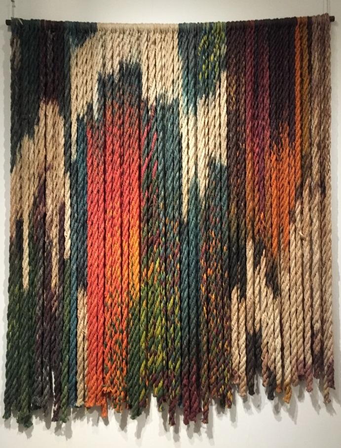 Wanddecoratie van met afdektechniek geverfde koorden - Marian Clayden - Handwerkwereld