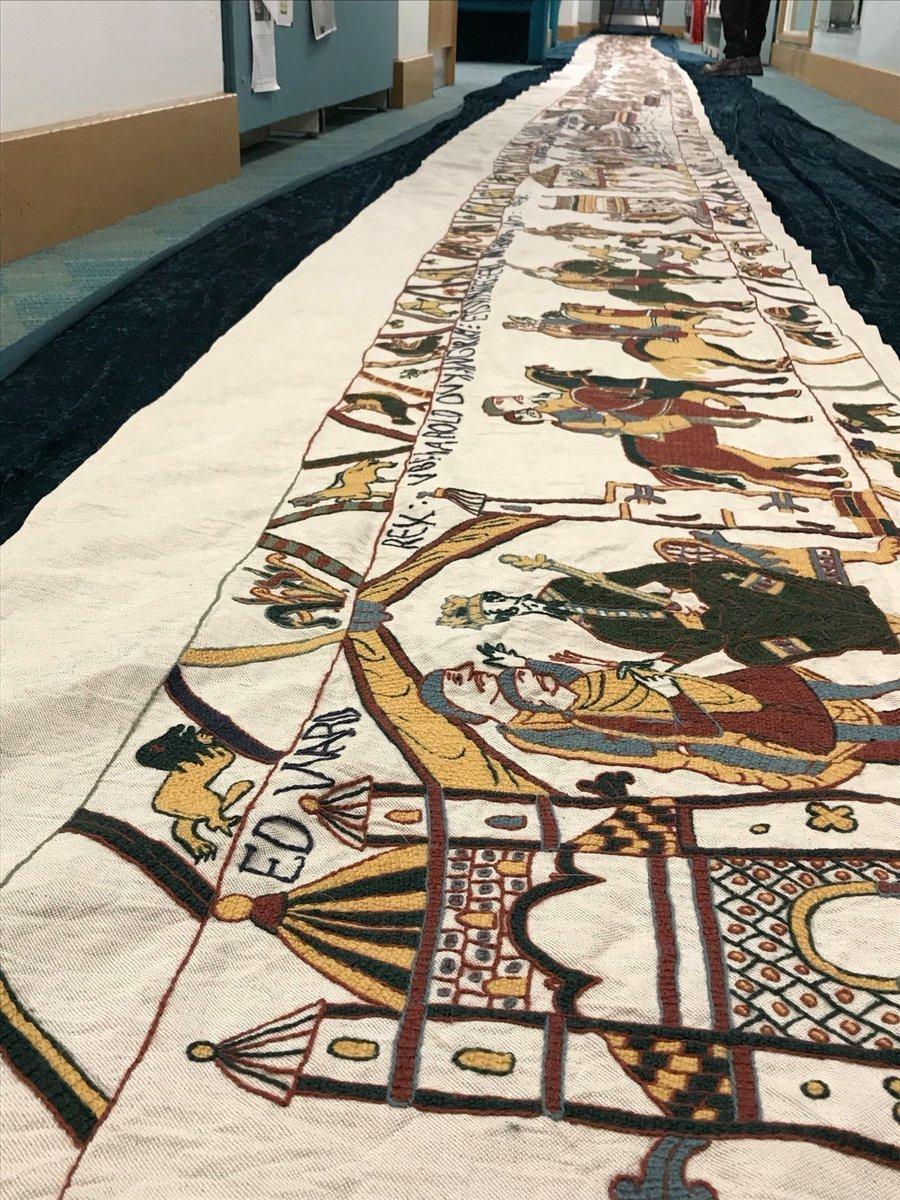 Een deel van de Tapisserie de Bayeux uit de vitrine voor onderzoek voor restauratie - Handwerkwereld