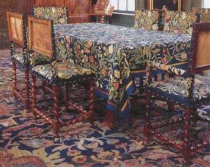 Stoelen en tafelkleed in de bestuurskamer van het Hofje van Deutz - Handwerkwereld