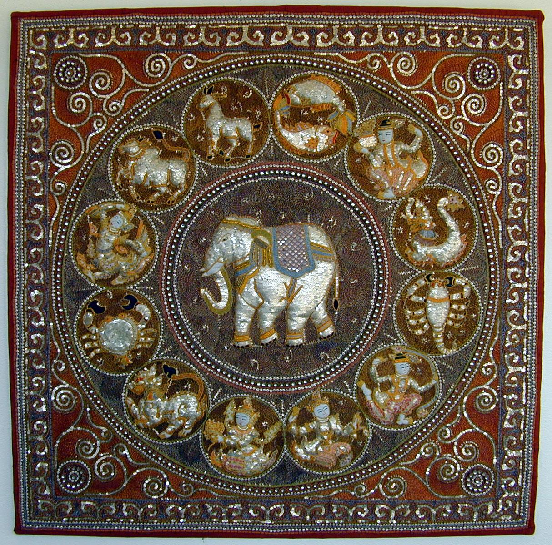 Grote Shwe chi doe met centraal een olifant en zodiac-tekens rondom - Handwerkwereld