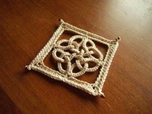 Keltische knoop in frivolite en haakwerk - Handwerkwereld