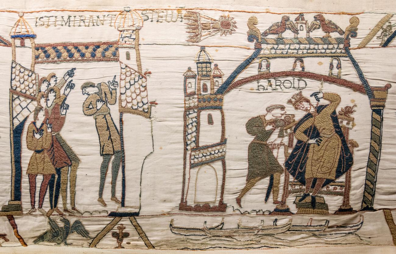 Midden boven afbeelding van vermoedelijk de komeet van Halley op het wandtapijt - Handwerkwereld