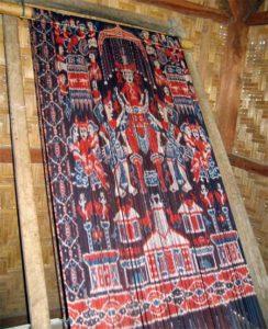 Weefraam bespannen met ikat-ketting - Sumba ikat - Handwerkwereld