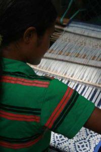 Sumba-weefster aan het werk met een heupweefgetouw - Sumba ikat - Handwerkwereld