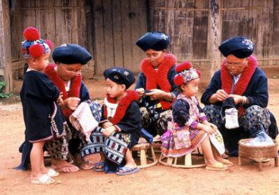 Yao-vrouwen aan het borduren - Handwerkwereld