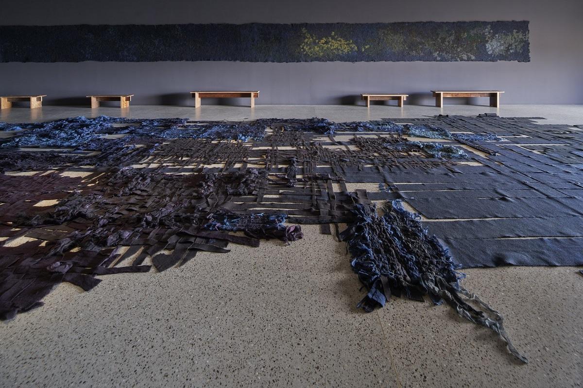 Claudy Jongstra's grootste geweven werk NINE met aan de wand één deel van Cosmic Cry - Handwerkwereld