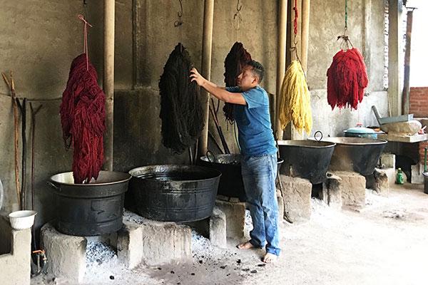 De met natuurlijke kleurstoffen geverfde wol hangt te drogen - Handwerkwereld