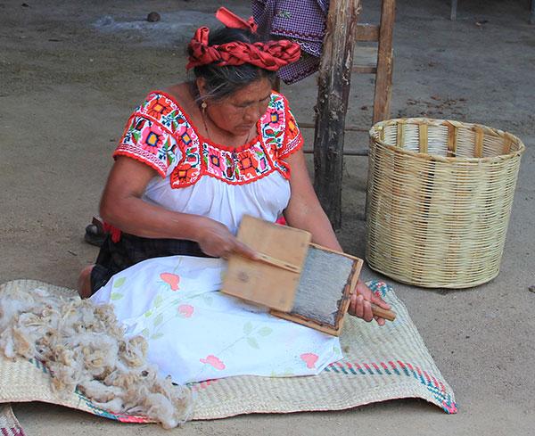 Porfirio Gutiérrez' moeder bezig met het kaarden van de wol - Handwerkwereld