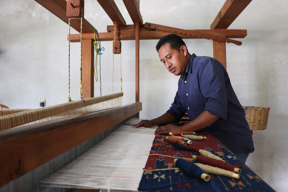 Porfirio Gutiérrez weeft een kleed met Zapoteekse patronen - natuurlijke verfstoffen wol - Handwerkwereld