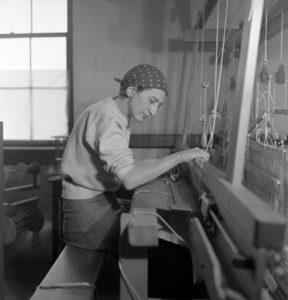 Anni Albers aan het weven in haar atelier in Black Mountain College, 1937 - foto Helen M. Post - Handwerkwereld