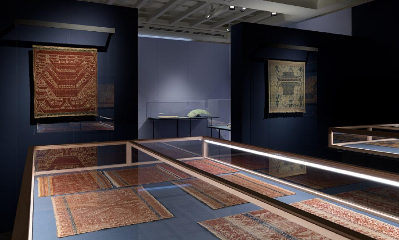 Tentoonstellingsoverzicht 'Schepen en transities' in het Etnografisch Museum van de Universiteit Zürich - scheepsmotieven weefsels Zuid-Sumatra - Handwerkwereld